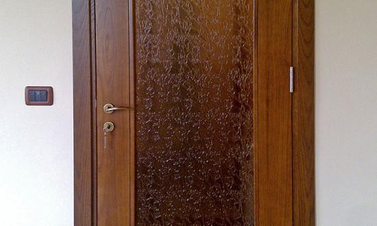 Остъклена интериорна врата с покритие от естествен фурнир