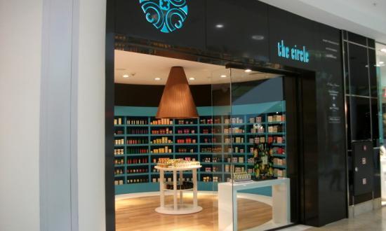 Облечена фасада отвътре и отвън, с прахово боядисана ламарина /цвят по RAL/ и вградено, светещо лого