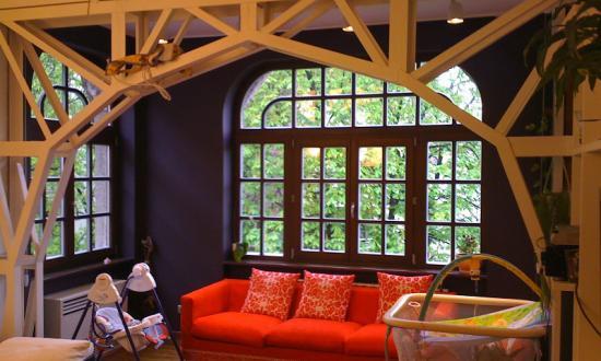 Метална носеща конструкция, която заменя 40см. тухлена стена, с цел да проникне повече светлина в помещението