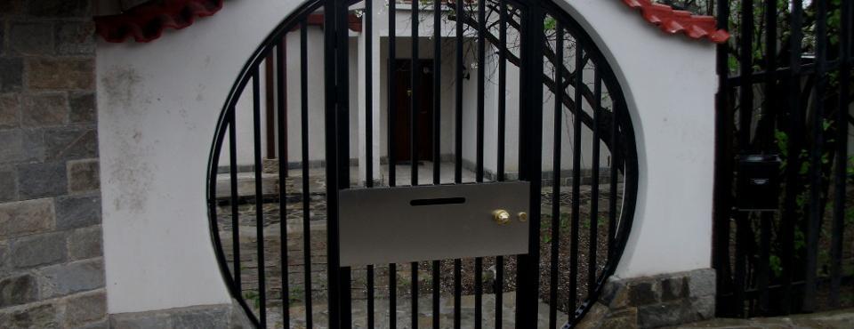 Метална порта по индивидуален проект, с вградена пощенска кутия
